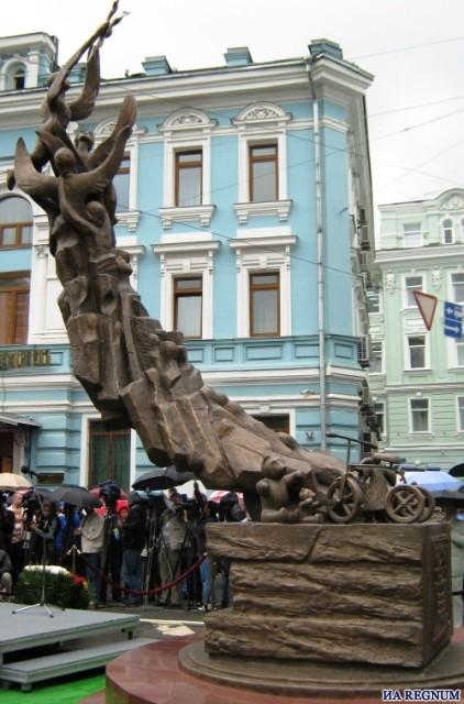 Памятник жертвам бесланской трагедии в Москве