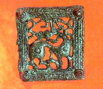 Поясная пряжка, украшенная стилизованным </p><p> изображением оленя. Первое тыс. до н. э. </p><p> Бронза, литье. Размер 8,5x7,5 см.</p><p> Belt buckle decorated with the symbolic image of a deer </p><p> First millennium В. С Bronze, casting. 8,5x7,5 cm.