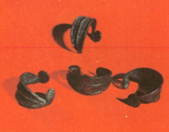 Браслеты женские. Первое тыс. до н. э. Бронза, </p><p> литье, ковка. Могильник близ </p><p> ст. Николаевской СОАССР.</p><p> Women's bracelets First millennium В. С. </p><p> Bronze, casting, forging The Burial ground </p><p> near the village of Nikolaevskaya, North Ossetia.</p><p>