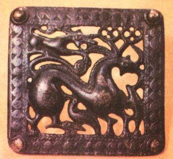 Поясная пряжка, украшенная стилизованным </p><p> изображением оленя, двух птиц и собаки, </p><p> нападающей на оленя. Первое тысячелетие </p><p> до н. э. Бронза, литье. </p><p> Размер 10,5x9,5 см. СОАССР</p><p> Belt buckle First millennium В. С. Bronze, casting. </p><p> 10,5x9,5 cm North Ossetia.</p><p>