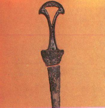 Кинжал в двух частях. Первое тысячелетие до н. э.</p><p> СОАССР. Бронза, литье. Длина 28 см. </p><p> Дигорское ущелье, Верхняя Рутха</p><p> A two-part dagger First millennium В. С. </p><p> Bronze, casting. 28 cm. long. The Digor gorge. </p><p> Upper Rutha. North Ossetia.</p><p>