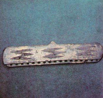 Поясная пряжка. Первое тыс. до н. э. </p><p> Бронза, литье, инкрустация железом. </p><p> Высота 19,5 см. Тагаурия СОАССР.</p><p> Belt buckle First millennium В. С.</p><p>  Bronze, casting. Iron inlay. 19,5 cm. high. </p><p> Taguria. North Ossetia.</p><p>