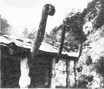 Навес и резные столбы <br>с северной стороны Рекома