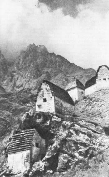 Хуссар-Хинцаг.  Склеповый могильник.<br> На заднем плане гора Тбау-хох