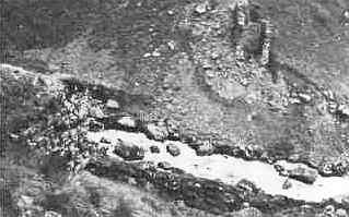 Оборонительная стена в верхней части <br>Куртатинского ущелья