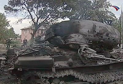 Покореженная сгоревшая бронетехника в Цхинвали